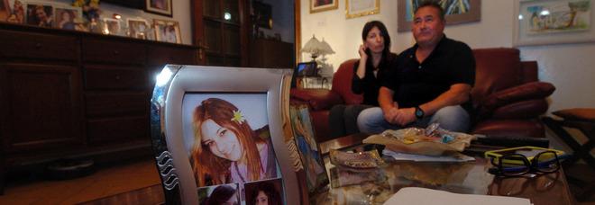 I genitori di Melissa, Rita Muri e Massimo Bassi. In primo piano, alcune foto della ragazza