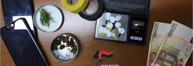 La droga e gli oggetti sequestrati