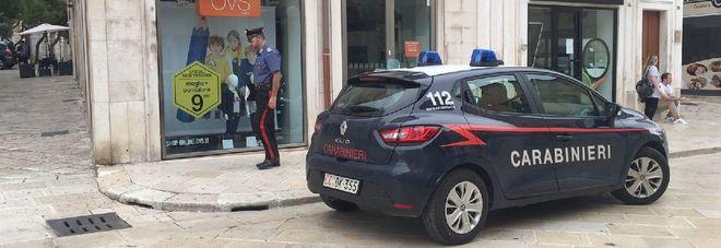 Rapina nel negozio d'abbigliamento: commessa aggredita dal bandito