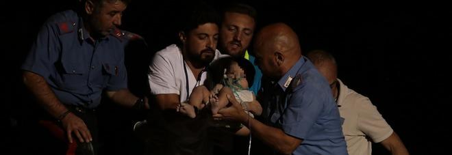 Terremoto a Ischia, due morti e 39 feriti Salvato nella notte bimbo di 17 mesi Altri due fratellini vivi sotto le macerie