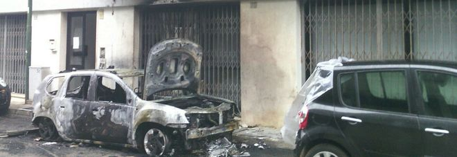 Paura all'alba: auto incendiata sotto le finestre