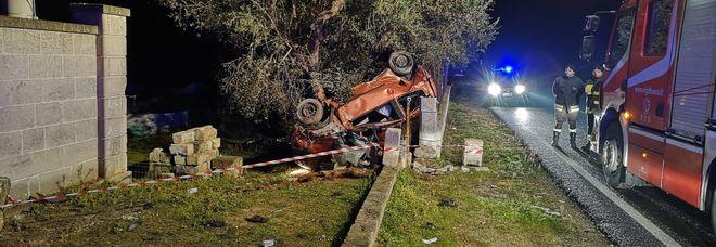 L'auto finita contro un albero