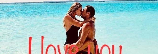 Francesco Totti e Ilary Blasi a Ibiza per festeggiare 14 anni di matrimonio: «Per sempre»