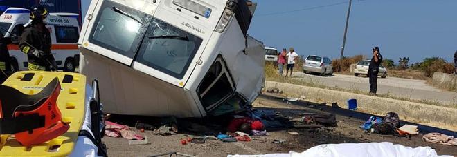 Foggia, strage infinita sull'asfalto: 12 braccianti morti nello scontro tra furgone e tir