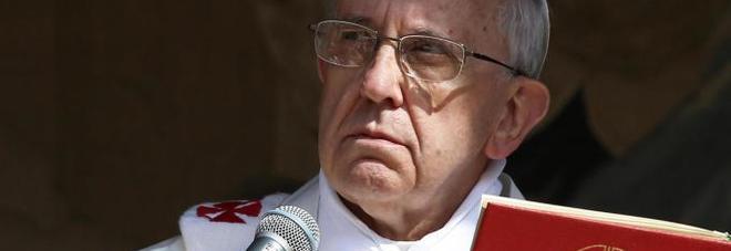 Nuova grana per Papa Francesco: il caso del vescovo che molesta i turisti fuori dal Vaticano