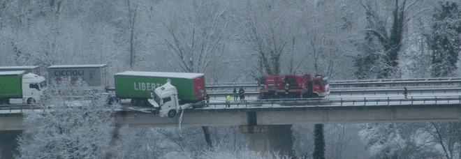 Belforte, camion resta in bilico su un cavalcavia: choc in superstrada