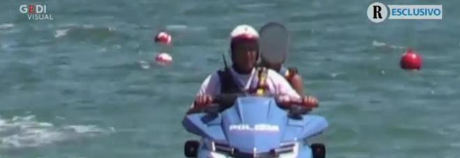 Matteo Salvini, figlio su moto d'acqua della polizia, è bufera. Vicepremier: «Errore da papà»