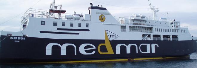 Traghetto finisce contro la banchina a Ischia: feriti 55 passeggeri