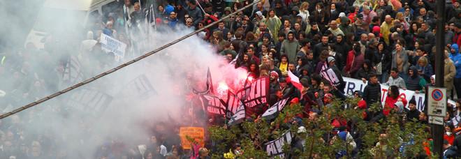 Disordini, fumogeni e petardi al corteo verso l'Ilva, interviene la polizia