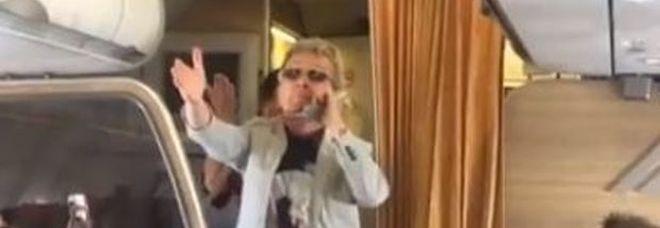 """Lite tra passeggeri sul volo Alitalia, Pupo placa gli animi intonando """"Su di noi"""""""