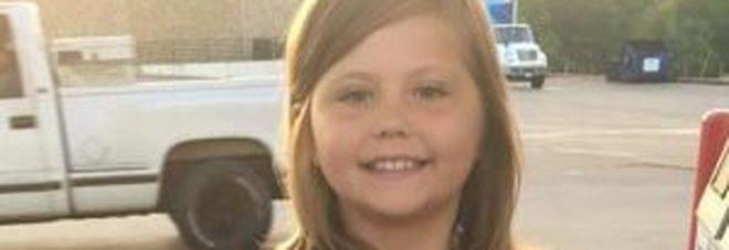 Felice nella foto per il suo primo giorno di scuola: bimba di 9 anni muore poco dopo