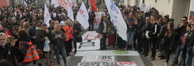 """Tap, in mille sfilano a Melendugno per dire """"no"""" al gasdotto Zerbini colorati lasciati di fronte alla sede della multinazionale"""