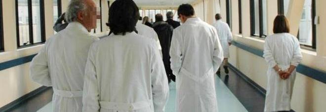 Giovane mamma si getta nella tromba delle scale in ospedale: morta sul colpo