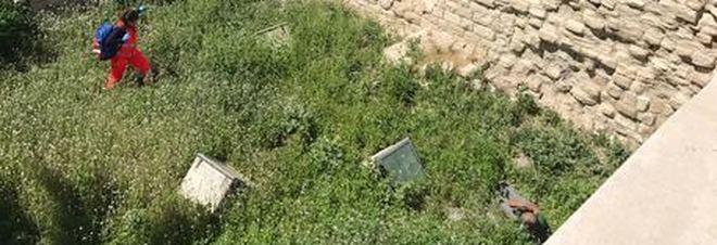 Trani, turista precipita nel fossato del castello
