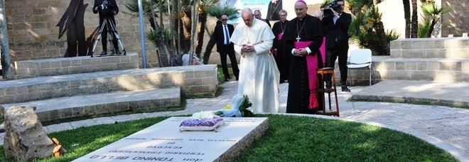 La visita di papa Francesco, il 20 aprile di un anno fa, alla tomba di don Tonino Bello. Ad accompagnarlo, il vescovo di Ugento-Santa Maria di Leuca monsignor Vito Angiuli