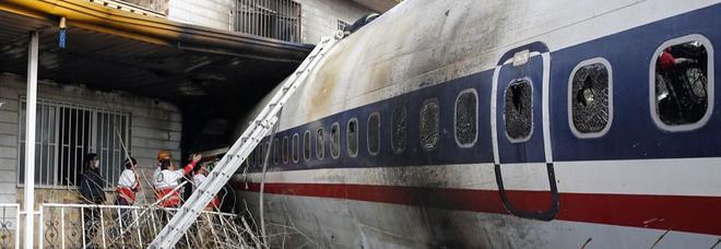Iran, Boeing 707 sbaglia scalo e si schianta contro il muro dell'aeroporto: 15 morti