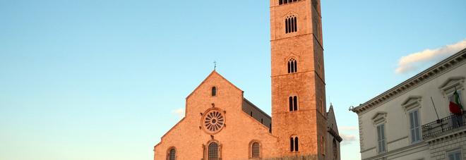 Trani, i vandali danno fuoco al portale della cattedrale