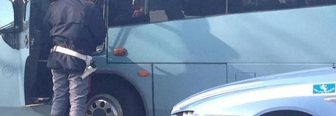 Guidava il bus da una settimana senza riposare. Autista bloccato, stava per portare una scolaresca in gita
