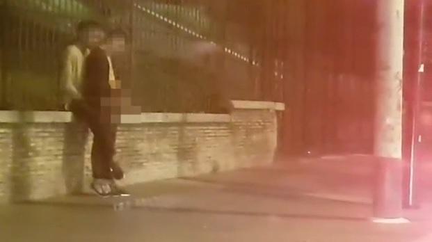 Video shock. Sesso in strada davanti al Colosseo