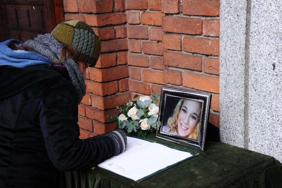 Jessica, tensioni al funerale della 19enne uccisa. E la mamma sviene